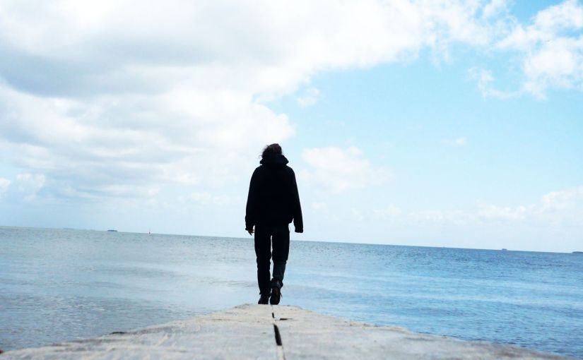 Das Meer, der Himmel, und Steven läuft einen schmalen Stück Holz in Richtung des Horizontes